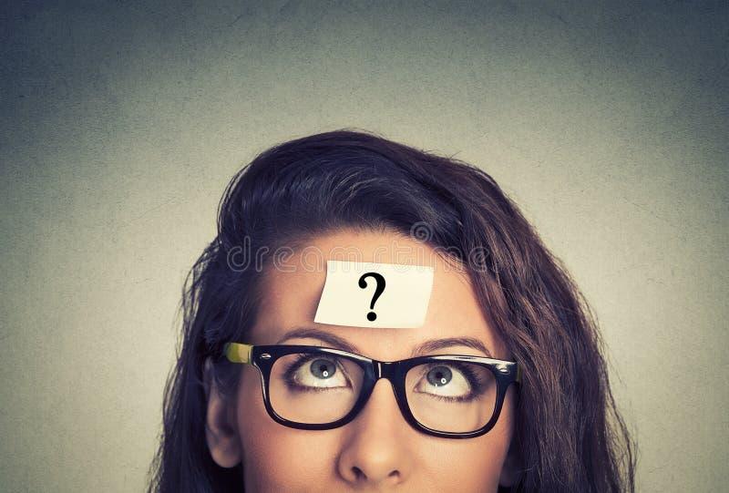 Denkende Frau mit Fragezeichen lizenzfreie stockbilder