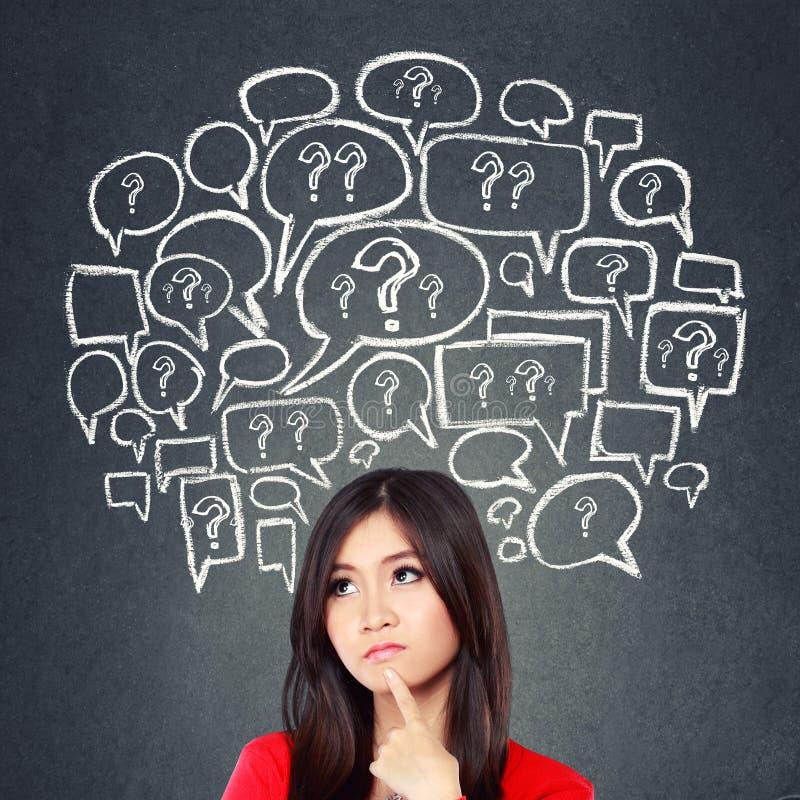 Denkende Frau, Social Media-Konzept stockbilder