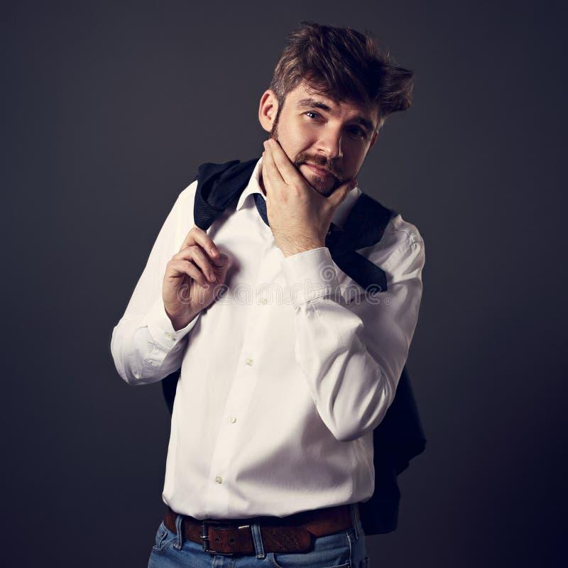 Denkende gebaarde emotionele charismatische mens in whirtoverhemd lookin stock fotografie