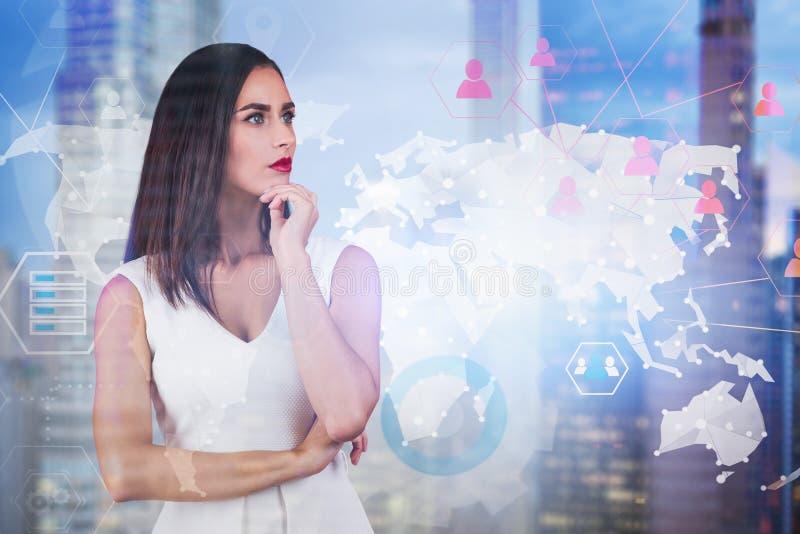 Denkende Geschäftsfrau in der Stadt, Sozialverbindung stockfoto
