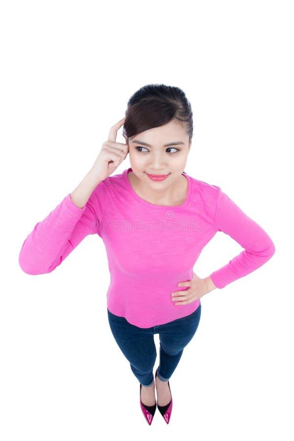 Denkende Geschäftsfrau, die im vollen Körper lokalisiert auf Weiß steht lizenzfreie stockfotos
