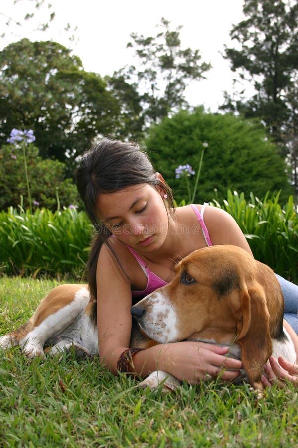 Denkende hond en tiener stock afbeelding