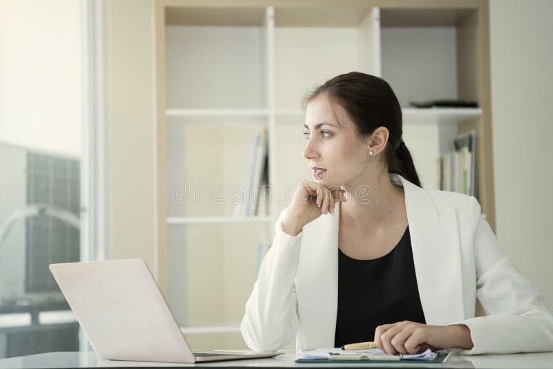 Denkende Idee der jungen Geschäftsfrau für Arbeit im Büro lizenzfreies stockfoto