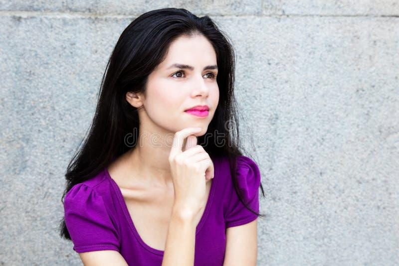Denkende Italiaanse vrouw die zijdelings kijken stock foto's