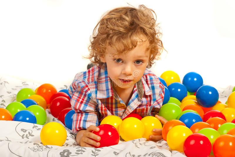 Denkende jongen met kleurrijke ballen royalty-vrije stock fotografie