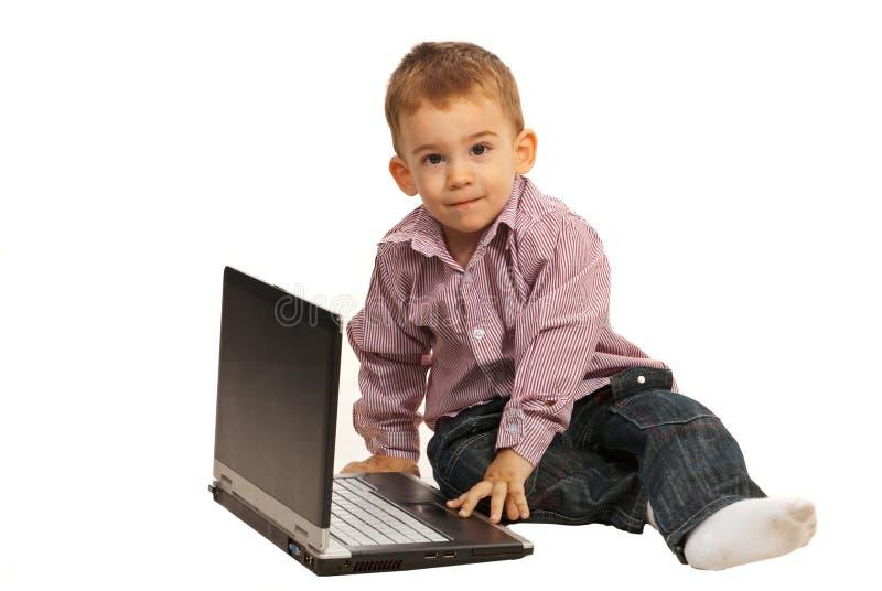 Denkende jongen met laptop royalty-vrije stock fotografie