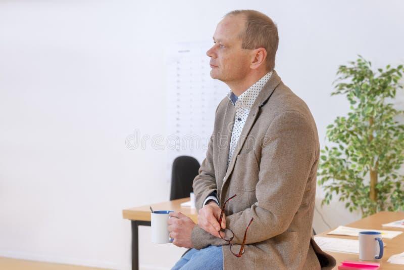 Denkende Krippe in seinem Büro stockfoto