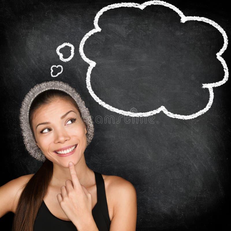 Denkende Studentenhippie-Frau durch Tafel stockbilder