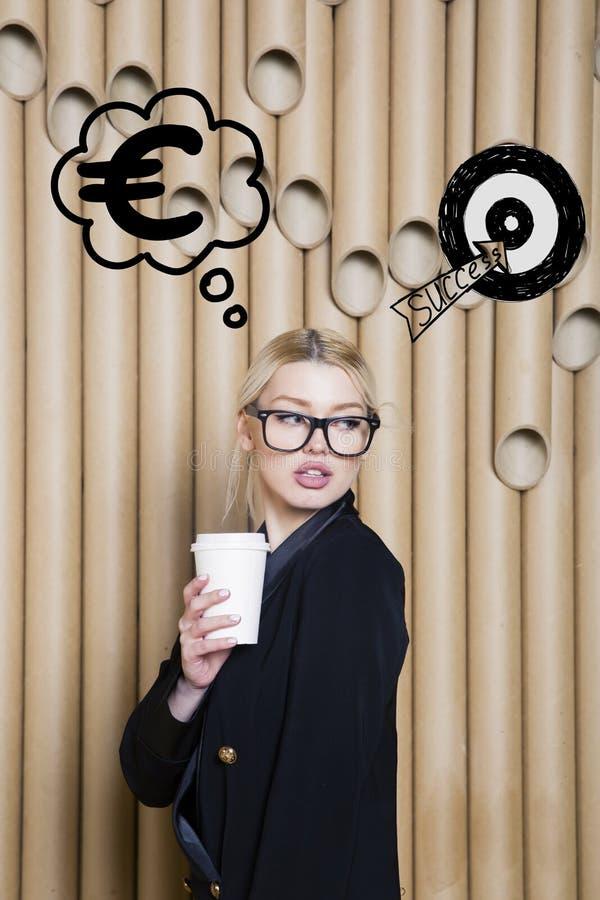 Denkende vrouw die omhoog op geldteken kijken in bel en schetsdoel Geldconcept op ontwerpachtergrond met lampen royalty-vrije stock foto