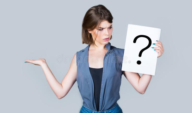 Denkende Vrouw Meisjesvraag Het krijgen van antwoorden, het denken Vraagteken, symbool Concept - opwindende kwestie, het kijken royalty-vrije stock foto