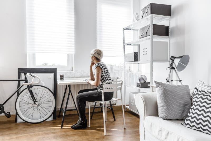 Denkende vrouw in moderne studio royalty-vrije stock foto