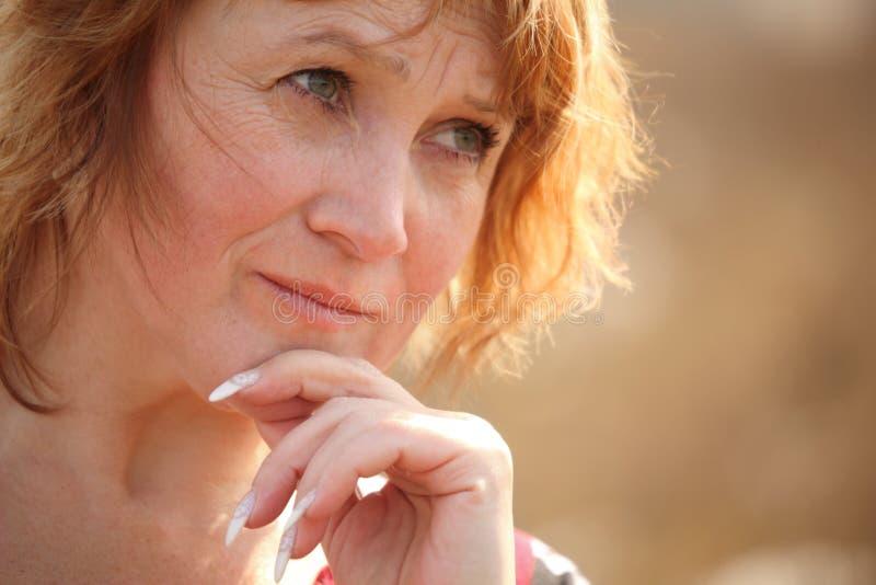 Denkende vrouw op middelbare leeftijd royalty-vrije stock afbeelding