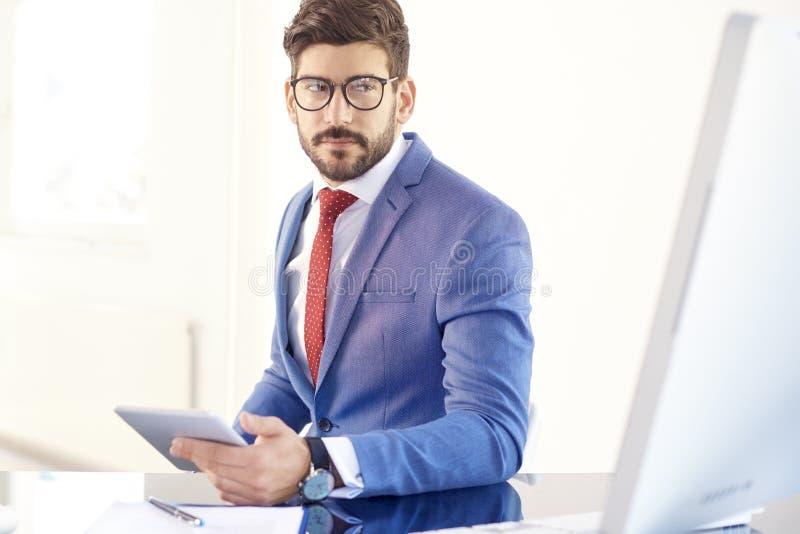 Denkende zakenman die aan digitale tablet werken royalty-vrije stock foto