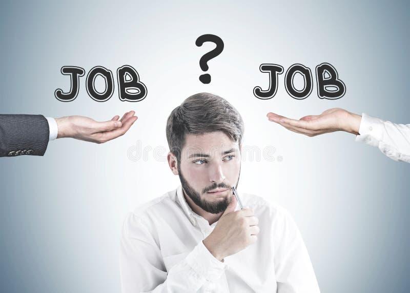 Denkender bärtiger junger Geschäftsmann, Jobwahl stockfotos