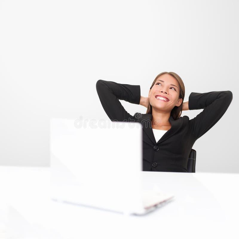 Denkender Büroangestellter stockbild