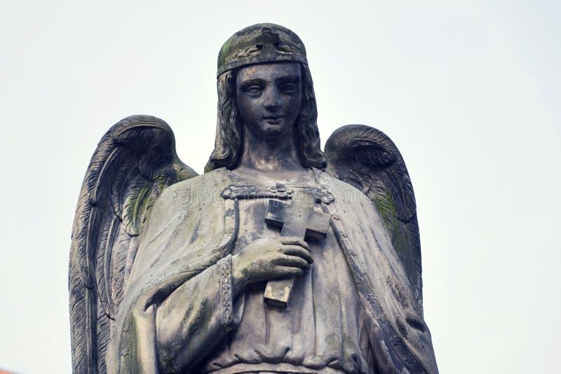 Denkender Engel mit Querstatue, Malostransky-Kirchhof, Prag, Tschechische Republik stockbild