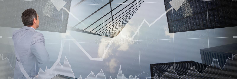 Denkender Geschäftsmann mit Diagrammen und Pfeilen über Wolkenkratzerübergang lizenzfreie stockfotos