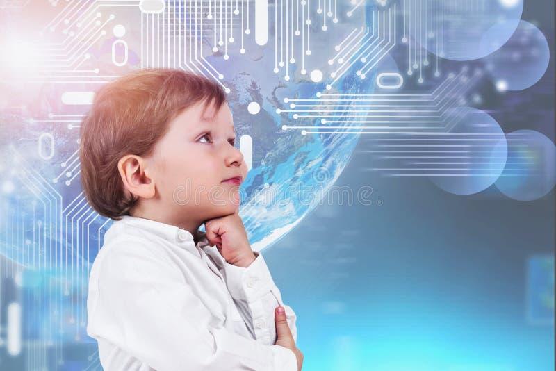 Denkender kleiner Junge, Internet-Hologramm lizenzfreie stockfotos