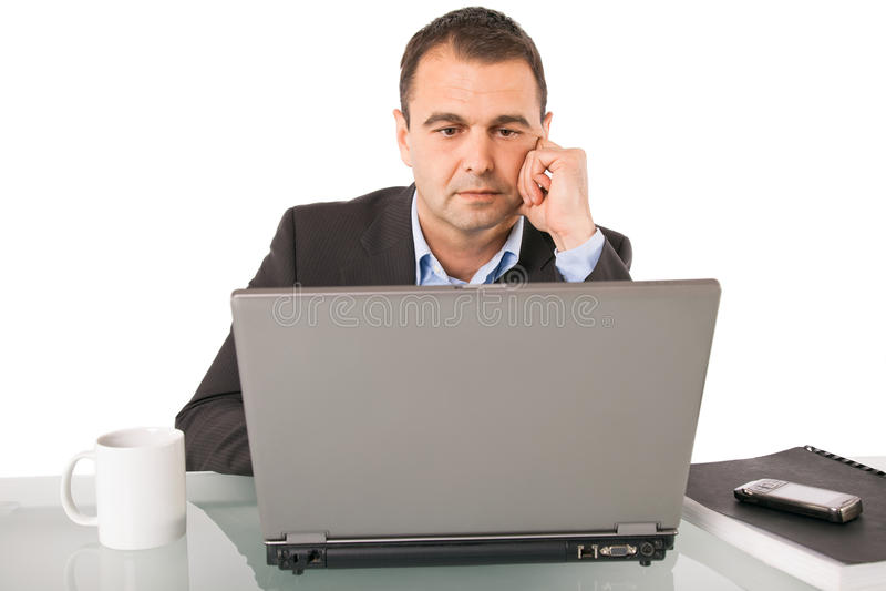 Denkender Laptop des Mannes lizenzfreies stockfoto