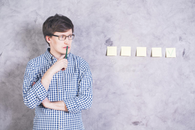Denkender Mann mit Zecke lizenzfreies stockbild