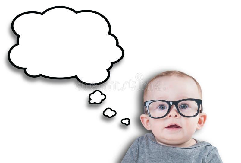 Denkendes Baby mit Gläsern lizenzfreies stockbild