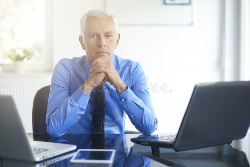 Denkendes Geschäftsmannportrait stockbild