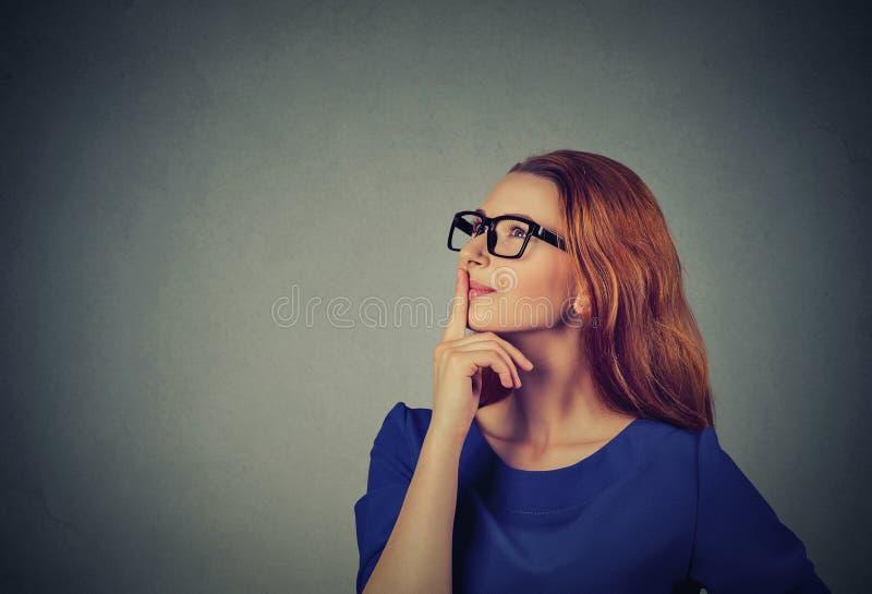 Denkendes oben schauen der glücklichen Schönheit des Porträts lizenzfreies stockfoto