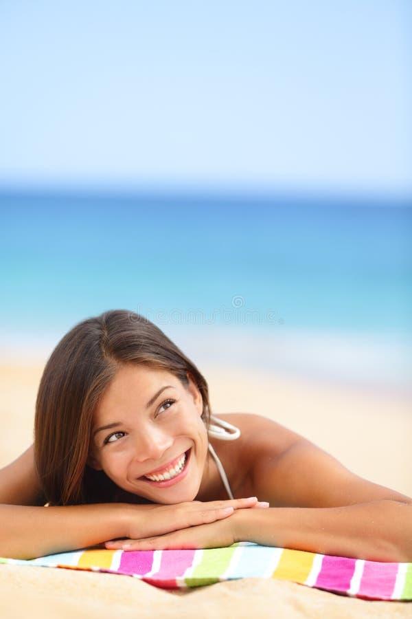 Denkendes oben schauen der Strandfrau