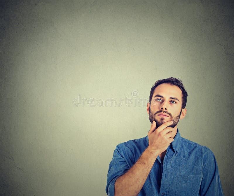 Denkendes oben schauen des Mannes stockfotos