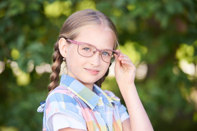 Denker jonge vrouw die gelukkige thoughful dromen Studente royalty-vrije stock foto