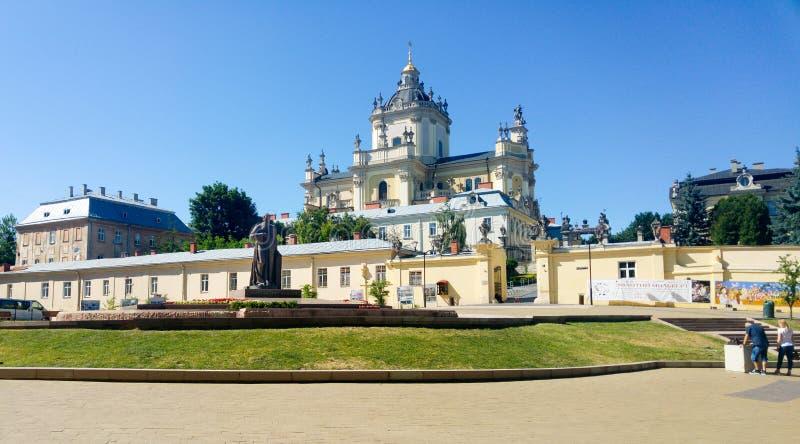 Denkmal Andrey Sheptytskys (Stadterzbischof Andrey) und St George Kathedrale in Lemberg, Ukraine lizenzfreie stockfotos