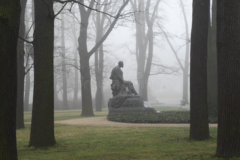Denkmal im Nebel lizenzfreies stockbild