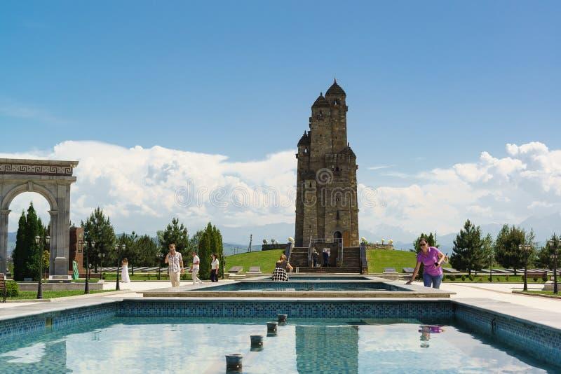 Denkmal mit neun Türmen — ein Erinnerungsgebäude in Form von 9 Ingushtürmen zusammen erfasst, eingeweiht den Opfern von lizenzfreies stockbild