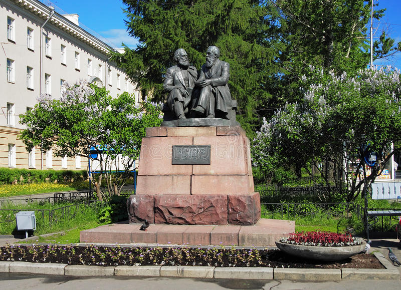 Denkmal nach Marx und Engels in Petrozavodsk stockbild