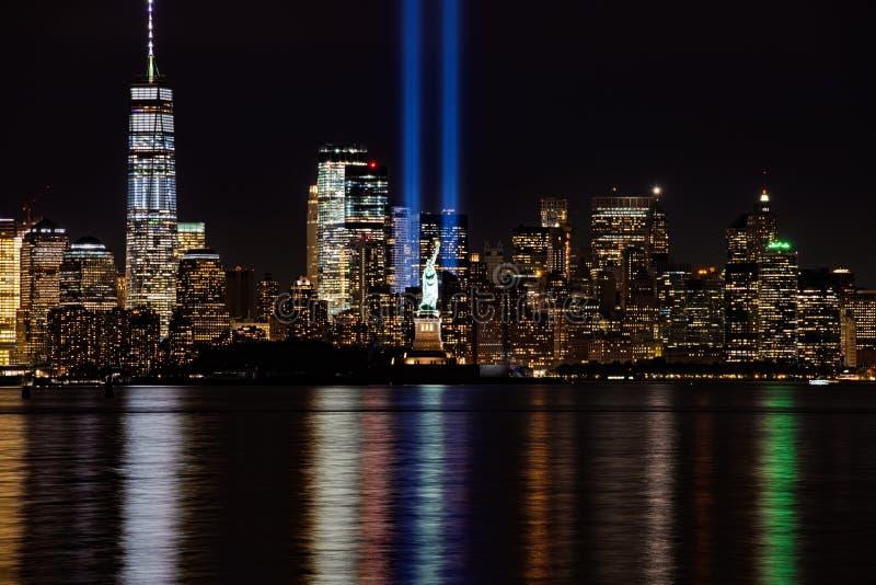 9/11 Denkmal-Strahlen mit Freiheitsstatuen und Lower Manhattan stockfoto