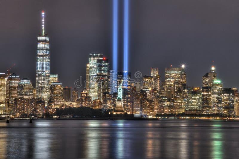 9/11 Denkmal-Strahlen mit Statue von Liberty Between Them und von Lower Manhattan lizenzfreie stockbilder