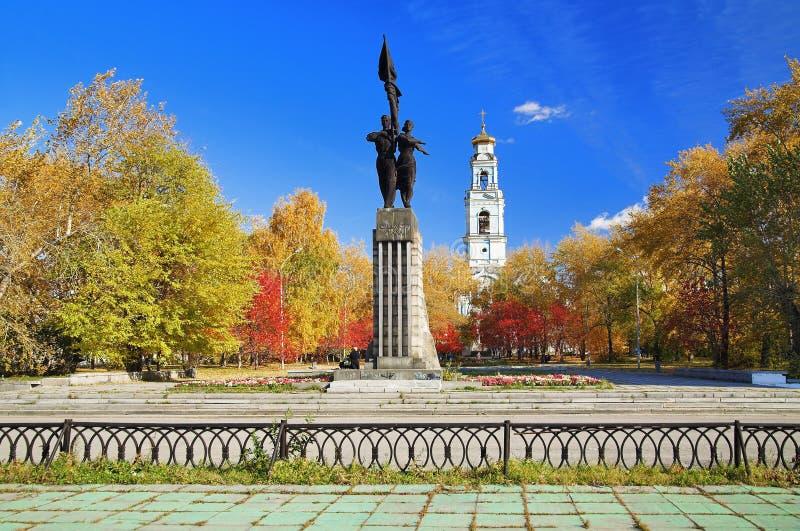 Denkmal und Glockenturm in Yekaterinburg lizenzfreies stockbild