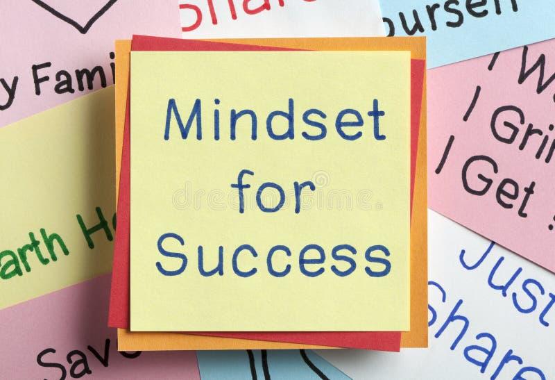 Denkrichtung für den Erfolg geschrieben auf eine Anmerkung lizenzfreie stockfotos