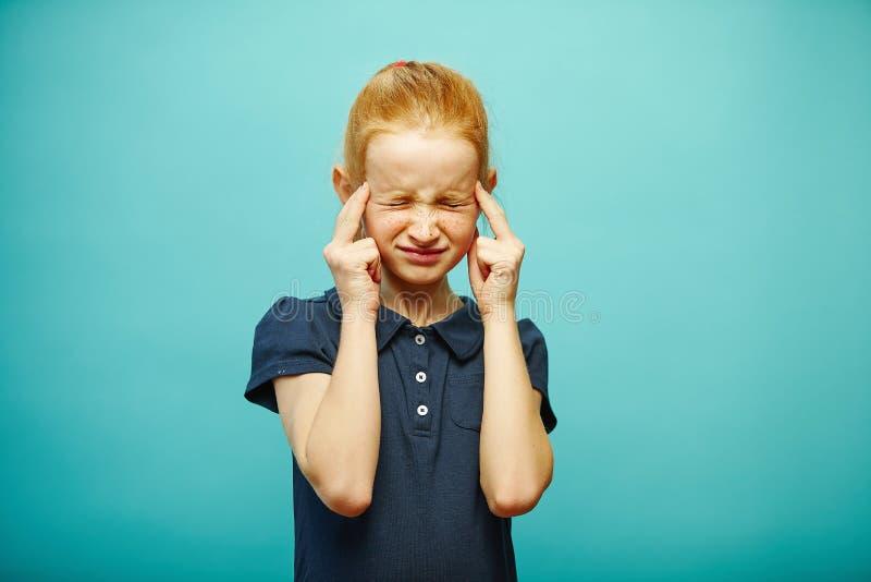 Denkt de kindmeisje geconcentreerde manier, thigtly gesloten ogen stock fotografie