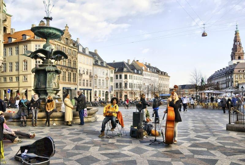 denmark copenhagen Musiker near springbrunnstorken royaltyfri bild