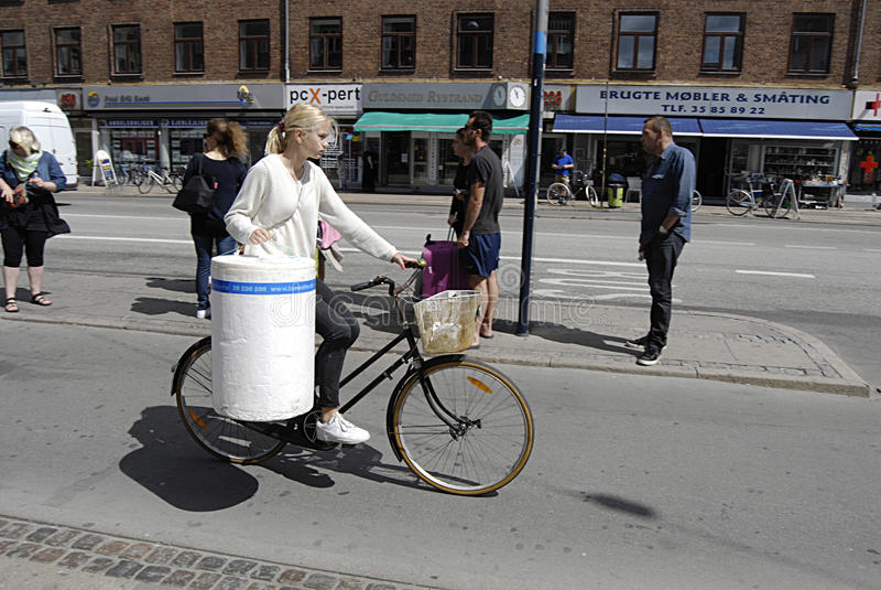 Download DENMARK_FEMALE BIKERE ИЛИ ВЕЛОСИПЕДИСТ Редакционное Фотография - изображение насчитывающей женщина, copenhagen: 41661617