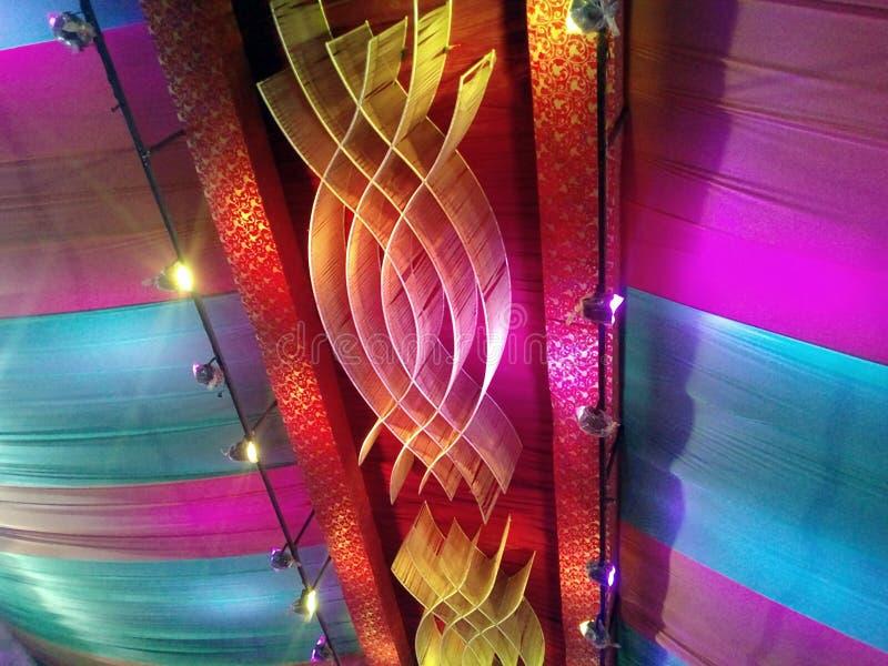 Denna är bilden av att gifta sig garnering som i många använt färgljus arkivfoto