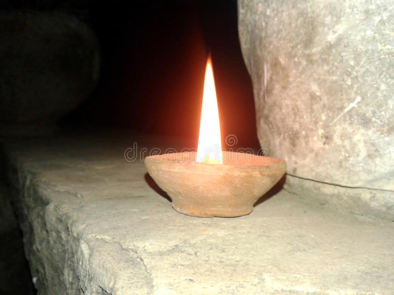 Denna är bilden av en lampa som ger ett gult ljus i natt arkivbilder