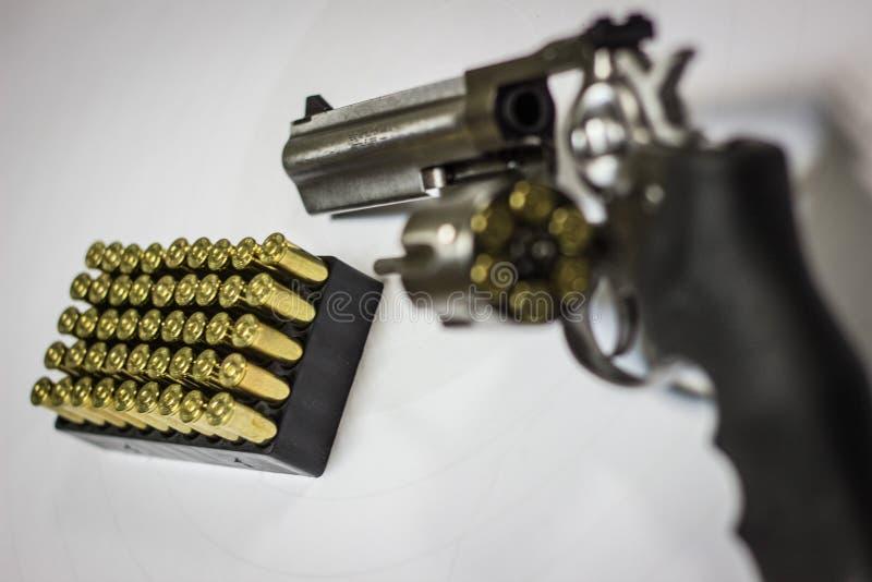 Denna är den verkliga pistolen och hans kula arkivbild