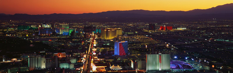 Denna är en flyg- sikt av remsan som visar en överblick av det hela Las Vegas området på solnedgången arkivbilder