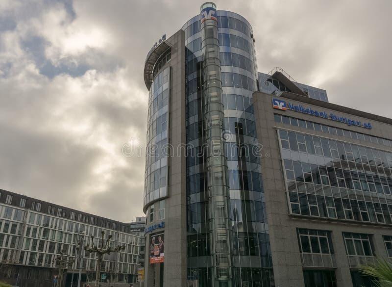 Denna är en kontorsbyggnad av Volksbank arkivfoton