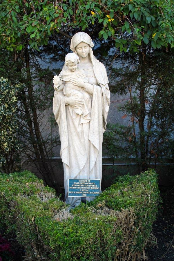 Denna är en staty av modern Mary Queen av fred royaltyfri bild