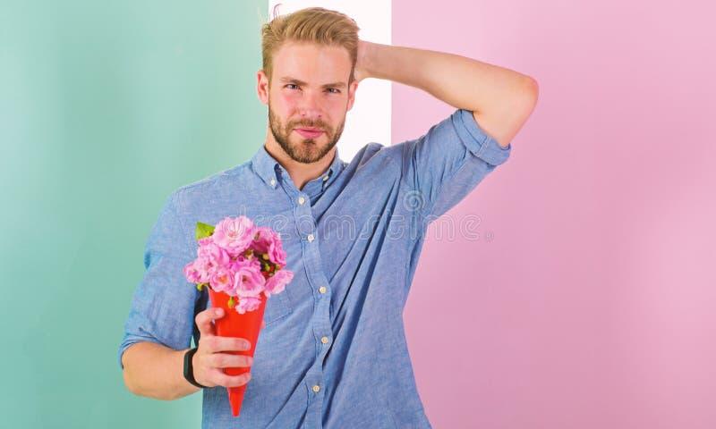 Denna är för dig för hållbukett för pojkvän lyckliga blommor Mannen som är klar för romantiskt datum, kommer med buketten rosa bl fotografering för bildbyråer