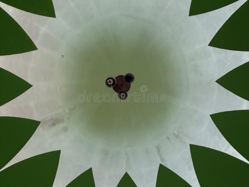 Denna är kupolen i moskén ses från över En berömd och härlig traditionell moské i Bekasi Indonesien royaltyfri bild