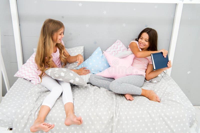Denna är min bok Girigt ungebegrepp Systerförbindelsefrågor Aktiebok med vännen Barn i sovrum önskar läst arkivfoton